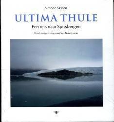 Ultima Thule 9789023437154 Cees Nooteboom; Simone Sassen (foto's) Bezige Bij   Reisverhalen Spitsbergen, Jan Mayen, Noordpool